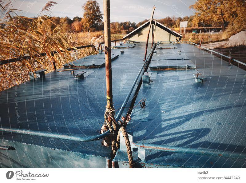 Kombüse Schiffsrumpf Metall Fischereiwirtschaft Container schönes Wetter Sonnenlicht Morgen Außenaufnahme draußen Bäume Landschaft See Fischfutter