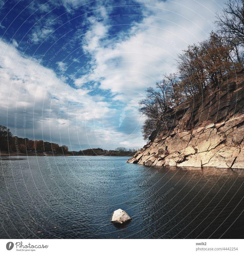 Ein Steinwurf entfernt Bucht See Stausee Ufer Felswand Lausitzer Granit Steilküste Seeufer blank gewaschen Bäume Wasser Wasseroberfläche Horizont Himmel Wolken