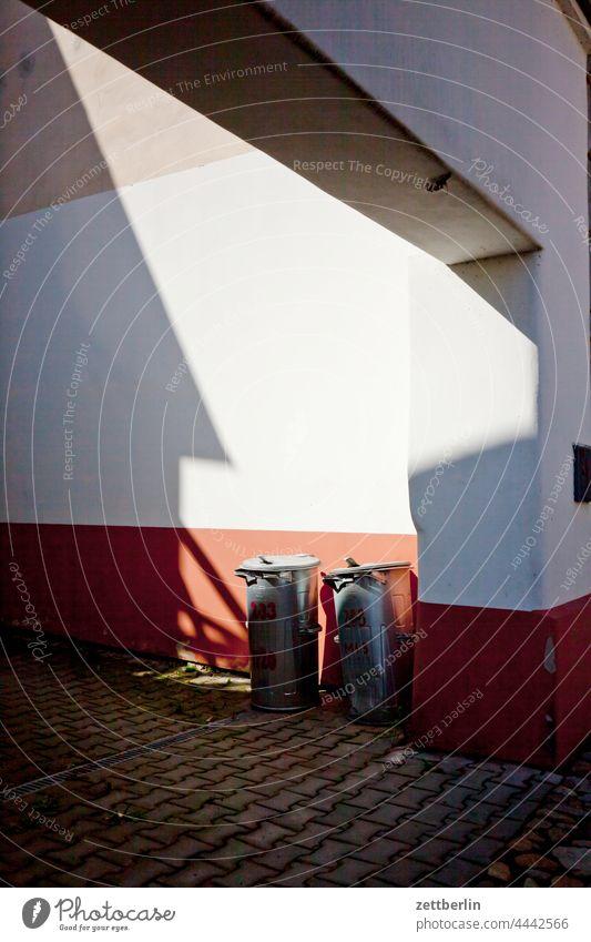 Zwei Mülltonnen altstadt architektur fachwerkhaus gasse gebäude historisch hussiten jan hus kopfsteinpflaster mittelalter sommer stadtkern tourismus touristik