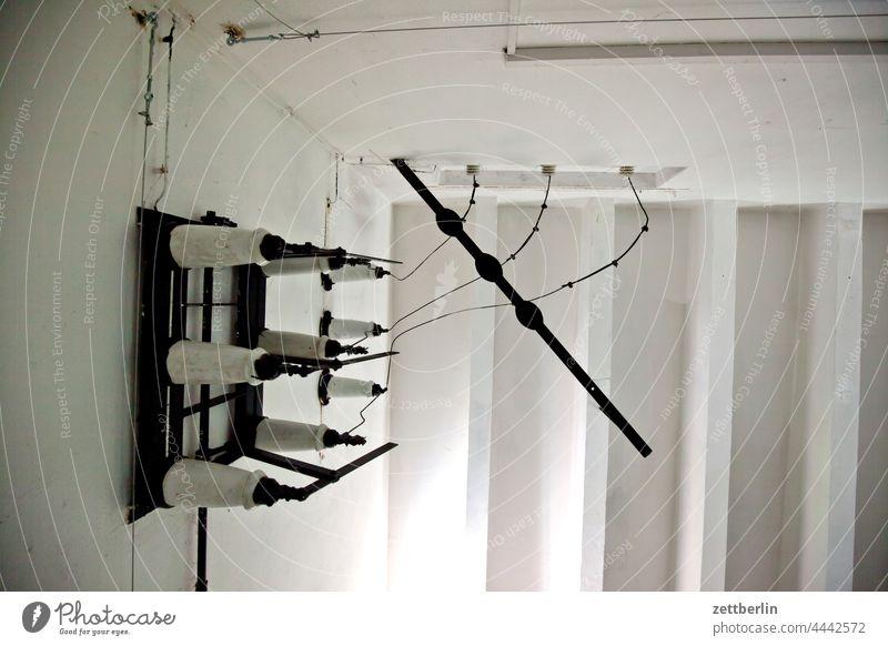 Rätselhaftes elektrisches Schaltelement elektrik elektronik schaltung transformator trafo isolierung porzellan kabel strom elektrischer strom decke raum zimmer