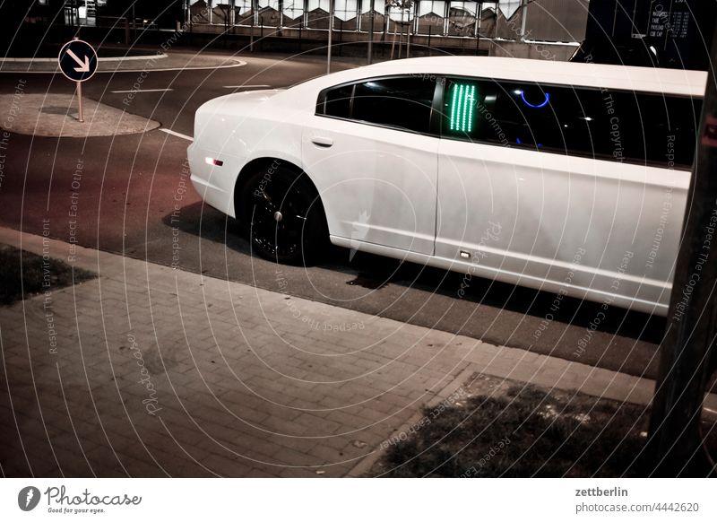Stretchlimousine auto stretchlimousine luxus dekadenz angeberei großmaul straße abend nacht nachts show weiß star sternchen minderwertigkeitskomplex seele