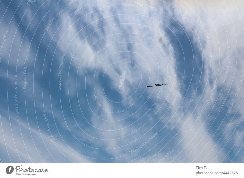 alte Jagdflugzeuge am Himmel über Dänemark Ostsee Meer blau Wolken Außenaufnahme Farbfoto Flugzeuge Vintage Krieg Tag