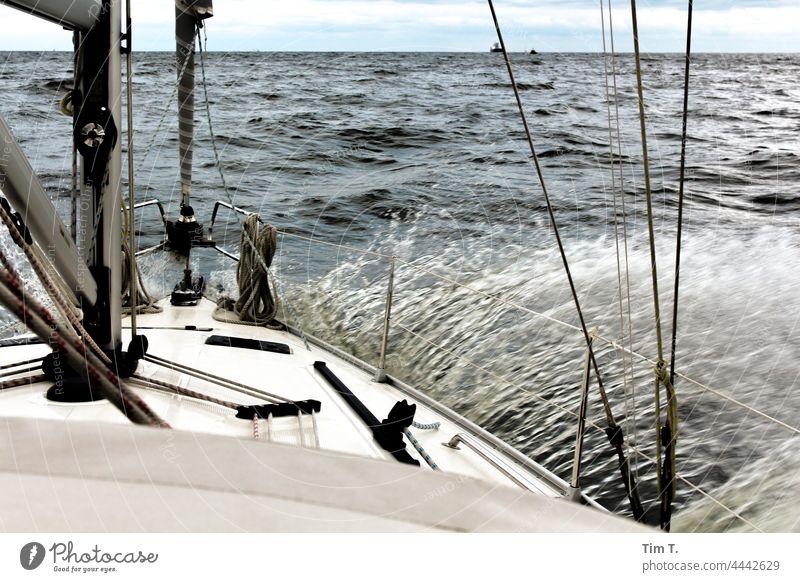 ein Segelschiff fährt in die Welle Segeln Wasser Wasserfahrzeug Meer See Schifffahrt Segelboot Wassersport Bootsfahrt Jacht Farbfoto Ferien & Urlaub & Reisen