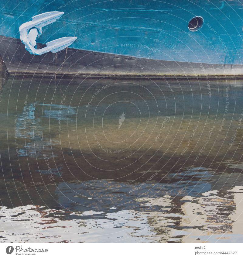 Ankerplatz Bordwand Schifffahrt maritim fest alt Metall robust Detailaufnahme Nahaufnahme Außenaufnahme mehrfarbig Farbfoto Schiffsbug Menschenleer