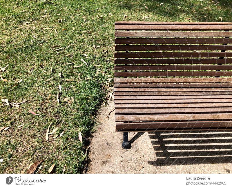 Sommertag im Park und Bank für eine kleine Pause Holzbank Alte Bank Parkbank Sitzgelegenheit Bank im Park Gras hinsetzen Erholung Natur sitzen Windstille grün