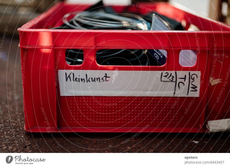 Roter Kasten mit Kabeln als Teil eines Beschallungssystems bei einem Live-Auftritt Kunst Künste Bands Kabarett Nahaufnahme Konzert Veranstaltungsbranche