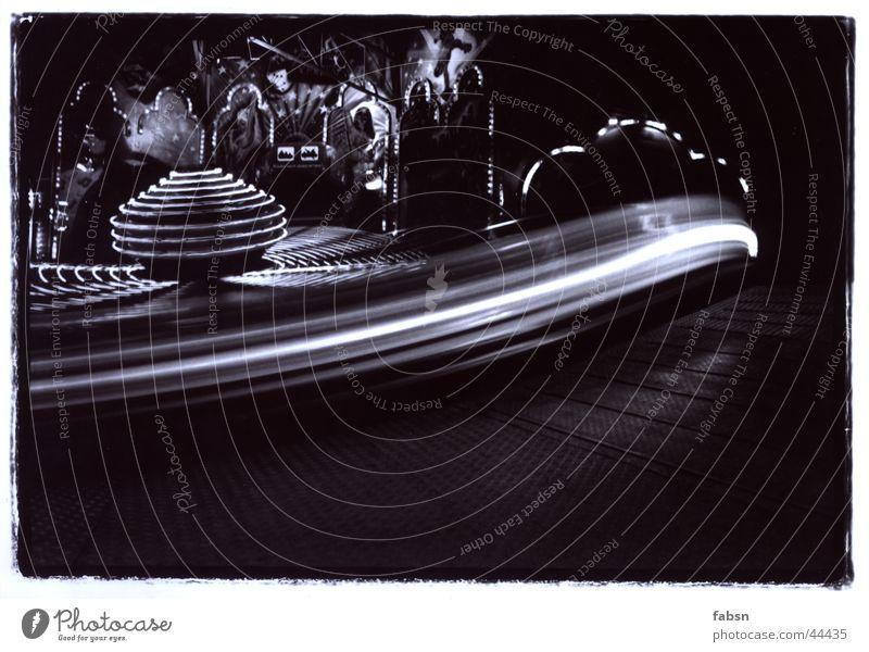 JAHRMARKTKREISEL II Jahrmarkt Attraktion Licht Langzeitbelichtung Kreisel schwarz weiß grau Fairness Freizeit & Hobby Bewegung fun attraction light movement