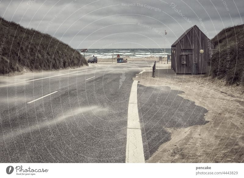 stürmische begrüßung Meer Nordsee Dänemark Løkken Straße Strand Holzhütte Parkplatz Weg Landgang Schiff Auto Urlaub reisen Wind Küste Ferien & Urlaub & Reisen
