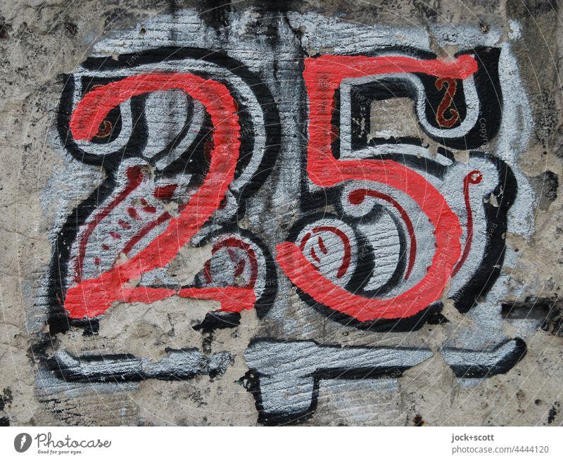 Club Nummer 25 Mauer Ziffern & Zahlen Graffiti bemalt umrandet verwittert Hausnummer Straßenkunst Detailaufnahme Kreativität Subkultur Stil Berlin