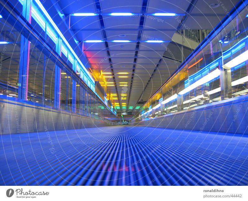munich airport Rolltreppe Laufband Architektur Beleuchtung Flughafen blau