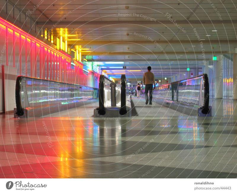 munich airport 2 Rolltreppe Laufband Architektur Beleuchtung Flughafen laufen