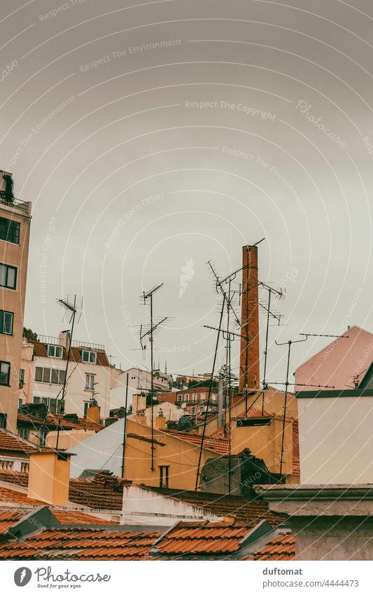 Blick auf Antennen und Häuser in Hinterhof von Lissabon Altbau südländisch Blick nach oben Dach Haus Dachgeschoss Schlot Architektur Stadtleben Innenhof Kamin