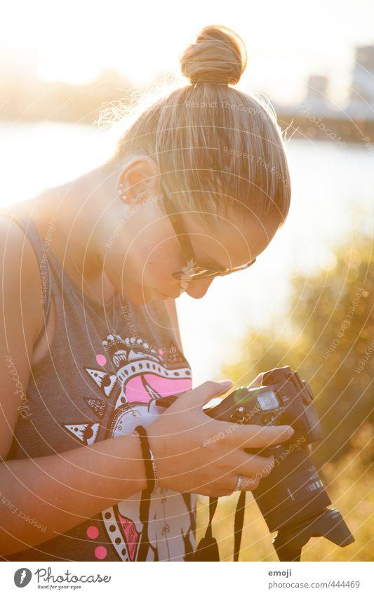 that perfect light feminin Junge Frau Jugendliche 1 Mensch 18-30 Jahre Erwachsene Haare & Frisuren trendy Dutt Fotokamera Fotografieren Farbfoto Außenaufnahme