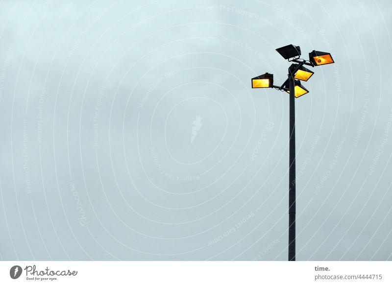Lightboxen (28) Lampen lampenmast himmel grau bewölkt leuchten betriebsgelände strahler laternenmast