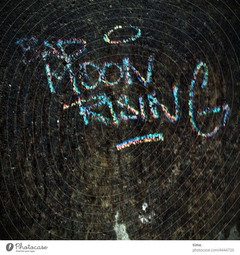 fan tag mauer grafitti wand mond kunst botschaft moon rising farbe gemalt gezeichnet bunt information stein drohung warnung vorausschau prophezeiung