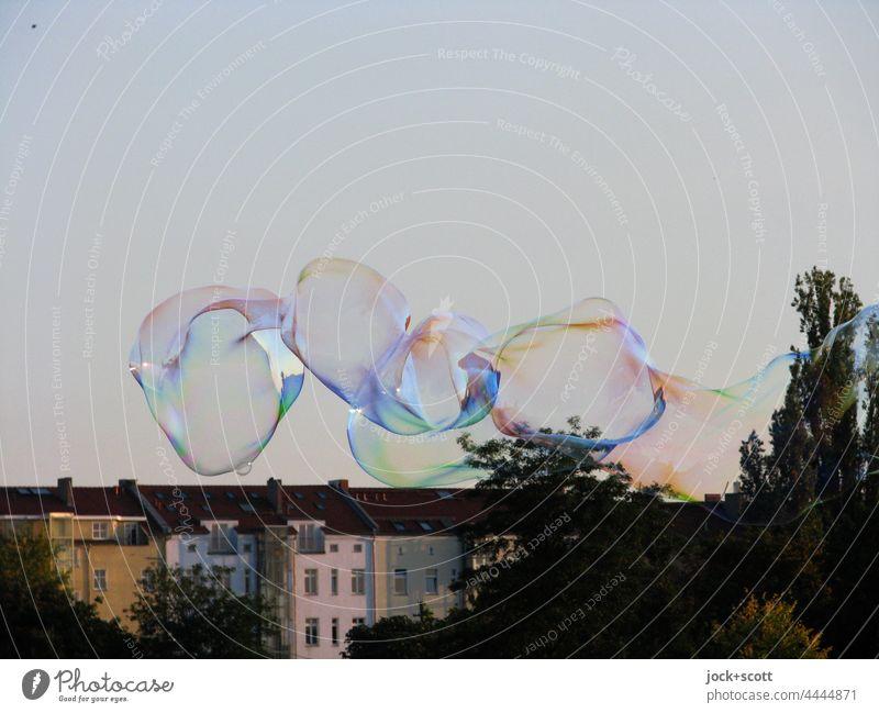 Seifenblasen im Mauerpark Unbeschwertheit Schwerelosigkeit kurzlebig Transformation Schweben Leichtigkeit Hintergrund neutral Wolkenloser Himmel Straßenkunst