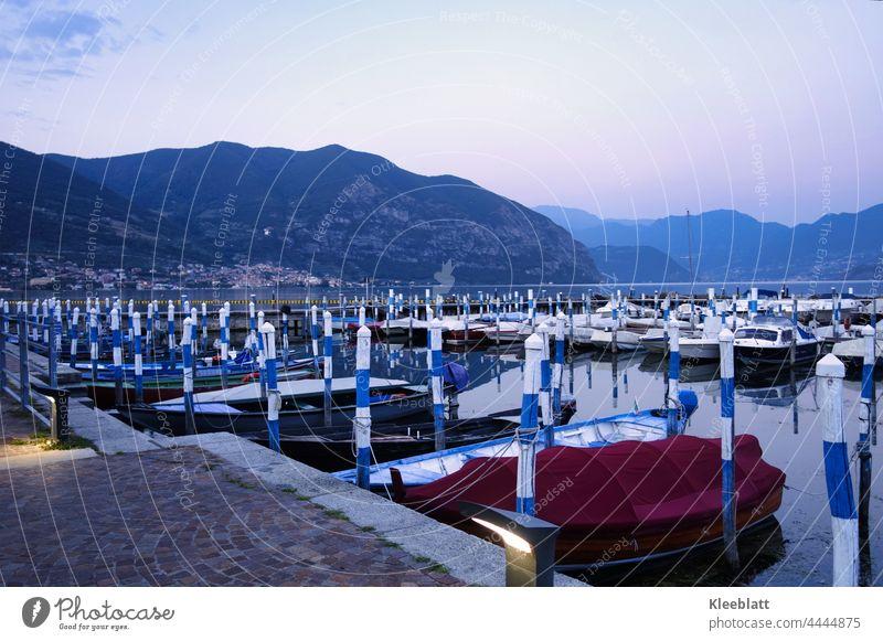 Still ruht der See und die Boote in der Abendämmerung Bergsee Ausflugsboote Wasser Landschaft Natur Berge u. Gebirge Außenaufnahme Alpen Seeufer Schönes Wetter