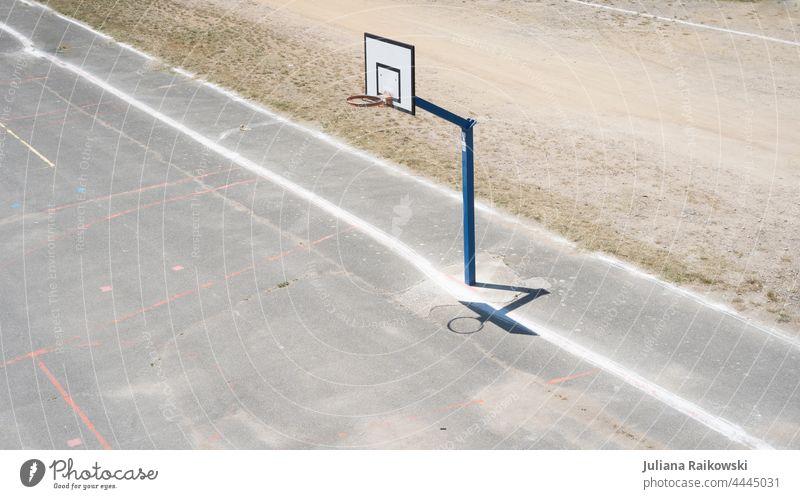 leerer Basketball Platz Basketballkorb Sport Ballsport Spielen Menschenleer Außenaufnahme Freizeit & Hobby Farbfoto Sportstätten Basketballplatz Tag Fitness