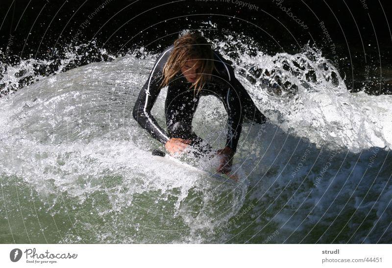 Wasserspiele. Wasser Sport Wellen nass gefährlich Fluss bedrohlich München Surfen Bach spritzen Englischer Garten Eisbach