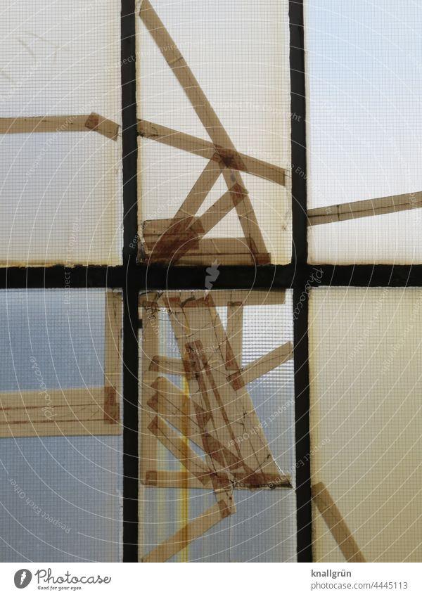 Schadensbegrenzung Fenster Fensterscheibe kaputt verfallen Glas alt dreckig Klebeband geklebt Vergänglichkeit Menschenleer Fensterrahmen Verfall Ruine Farbfoto