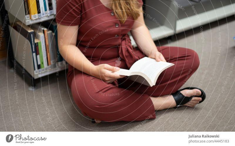 Frau sitzt auf dem Boden und liest ein Buch lesen Bildung lernen Studium Wissen Bibliothek Literatur Information Weisheit Schule Wissenschaften Papier Handbuch
