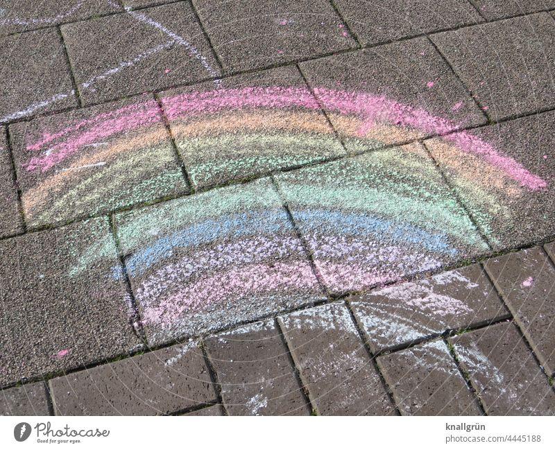 Regenbogen Straßenkunst bunt regenbogenfarben Spektralfarbe mehrfarbig Farbe Menschenleer gemalt Kindermalerei Bürgersteig Muster Straßenkreide Malkreide