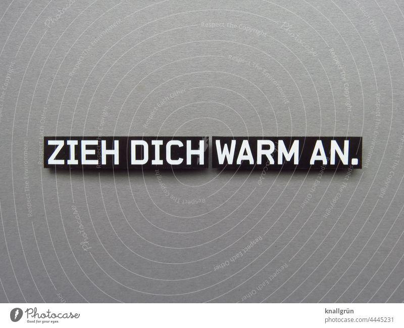 Zieh dich warm an. Kälte drohen Hinweisschild Angst Vorsorge Fürsorge tipp Empfehlung gefährlich bedrohlich Aggression kalt Winter Herbst Gewalt Wut Hass