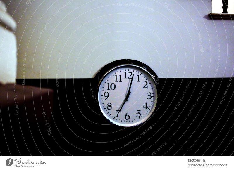 Uhr im Treppenhaus, kurz nach 19 Uhr abend architektur berlin büro city deutschland hauptstadt innenstadt mitte treppenhaus uhr zifferblatt zeit uhrzeit