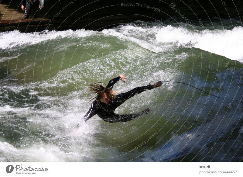 Der Eisbach ist gnadenlos Wasser Sport Wellen nass Sicherheit gefährlich Fluss bedrohlich München fallen Surfen Sturz Bach Englischer Garten Absicherung