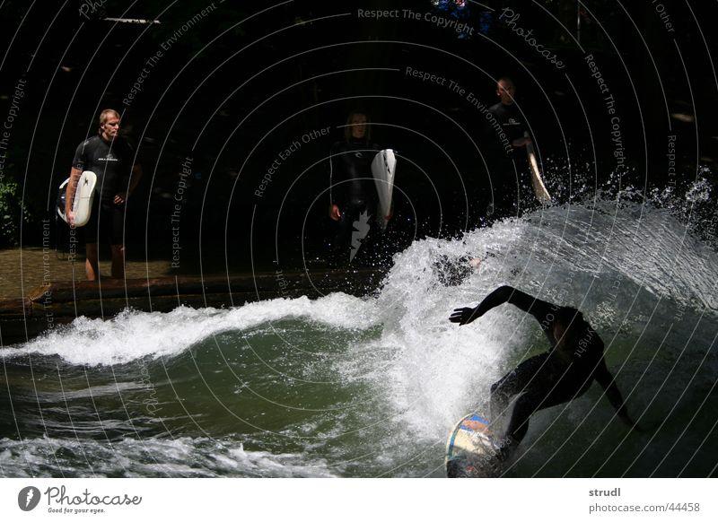 Shweeeowww again Wasser Sport Wellen nass gefährlich Fluss bedrohlich München Surfen Bach spritzen Englischer Garten Eisbach