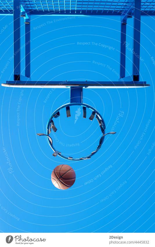 Street-Basketball-Ball fällt in den Korb. Aktion Ehrgeiz Gemeinschaft Konkurrenz Gericht Spiel Tor Netz außerhalb spielen Erholung punkten Erfolg Triumph