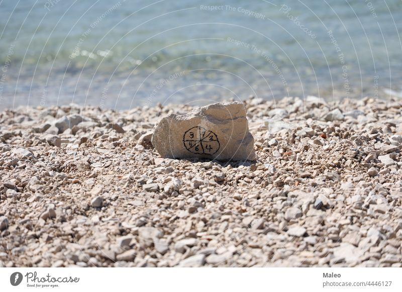 Stein mit Piktogramm aus Zahlen am Strand aktiv Arithmetik berechnen Rechner Schnittstelle Werkzeug Panel zählen Summe Grafik u. Illustration Netz Element weiß