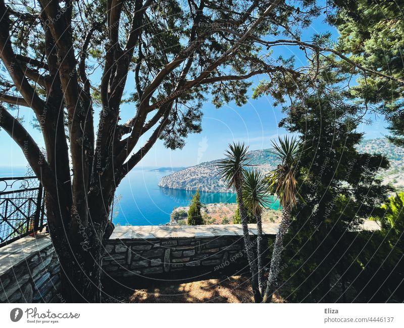 Aussicht auf Küste und Meer Landschaft Ausblick Wasser Aussichtspunkt blau Sommer Bäume Weite Ferne Natur Himmel Blauer Himmel