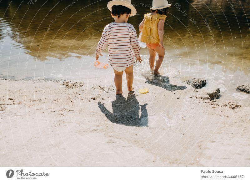 Bruder und Schwester spielen am Strand Flussstrand Portugal Geschwister Mensch Sommer Kindheit Familie & Verwandtschaft Außenaufnahme Farbfoto Tag Spielen