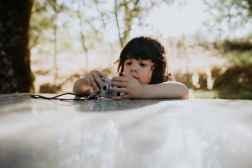 Nettes Mädchen spielt mit Digitalkamera niedlich Kind Kindheit Spielen digital Fotokamera Fotografie wenig Glück Spaß Lifestyle Technik & Technologie