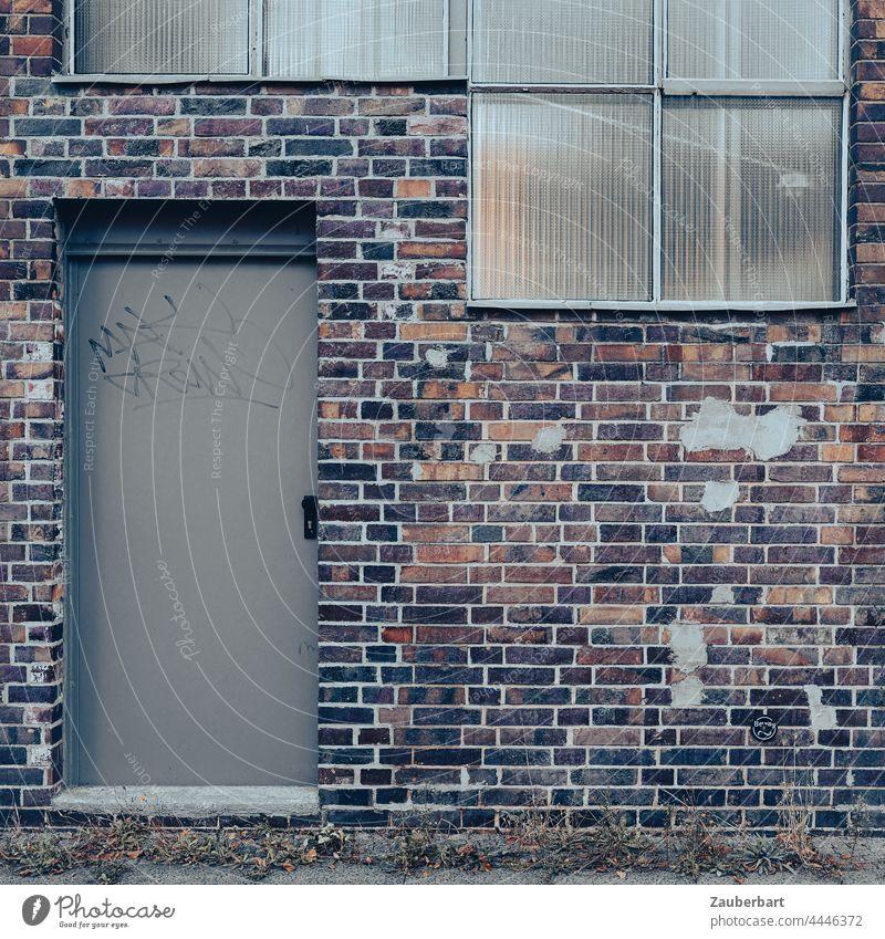 Ziegelwand rotbraun mit grauer Tür und Fenstern Wand Backstein Stahltür Fabrik Industrie alt verwittert Mauer Gebäude Formen und Strukturen Strukturen & Formen