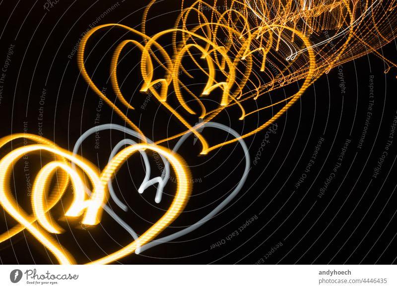 Neon-Herzen auf schwarzem Hintergrund bei Nacht abstrakt hell Feier Farbe Textfreiraum Kreativität Kurve dunkel Dekoration & Verzierung dekorativ Design
