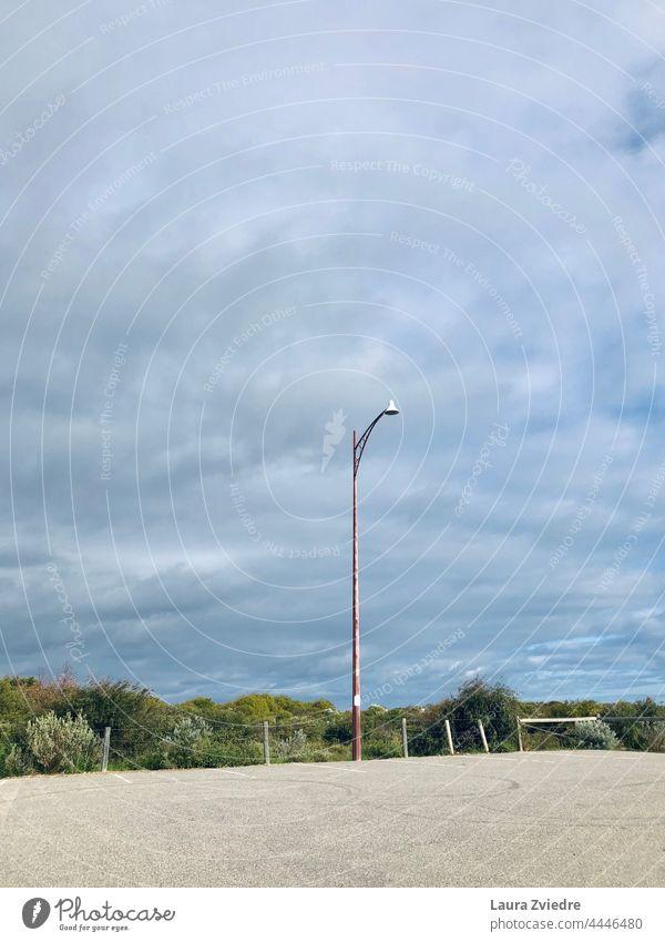 Laternenpfahl und der leere Parkplatz parken Straßenbeleuchtung Beleuchtung Himmel Menschenleer Peitschenlaterne Parkplatzbeleuchtung Farbfoto Außenaufnahme