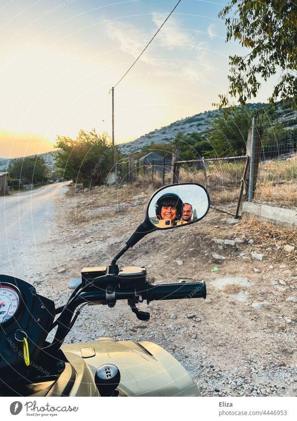 Selfie eines glücklichen Paares im Rückspiegel eines Quads. Ausflug. Urlaub Abenteuer Ferien & Urlaub & Reisen Pärchen Freiheit Natur Freude gute Laune