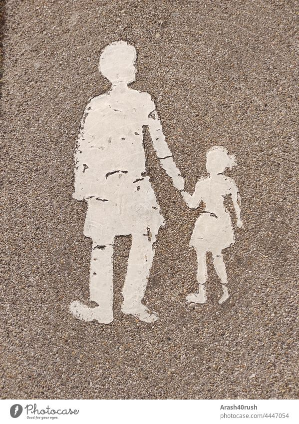 Auf der Straße Sicherheitshinweise für Erwachsene mit Kind Verkehrsschild , Straße, Frau mit Kind weiß Detailaufnahme Verkehrswege Verkehrszeichen Fußgänger