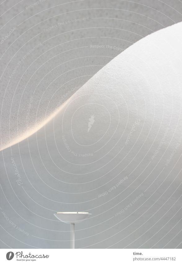 Raumklang linien oberfläche lampe kunstlicht tageslicht schwung strahler deckenfluter weiß raum architektur lichtverlauf lichtquelle