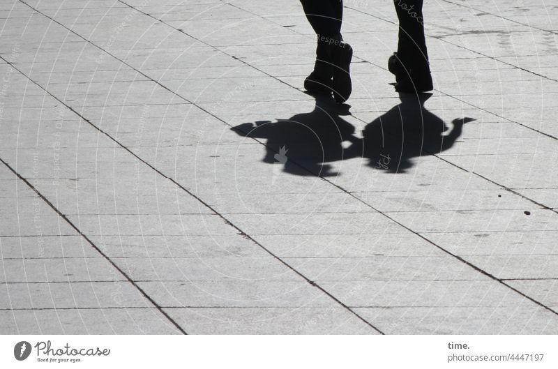 Paarlauf paar zusammen füße unterwegs platz bodenbelag betonplatten sonnig urban schatten querung silhouette gegenlicht gemeinsam zu zweit