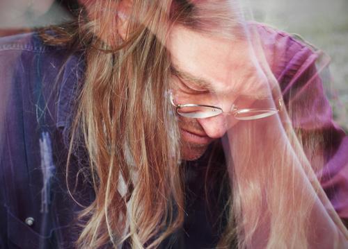 Art Working Hero portrait blick nach unten farbig spiegelung brille langhaarig blond angestrengt vertieft fokussiert konzentriert konzentration