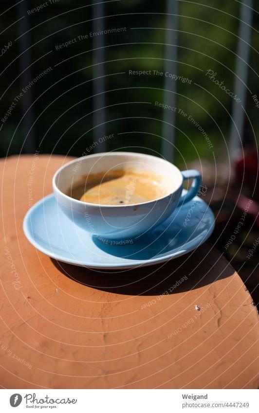 Tasse auf dem Balkon Kaffee Espresso Ruhe Pause Sommer vintage retro blau rot Auszeit Ferien Achtsamkeit