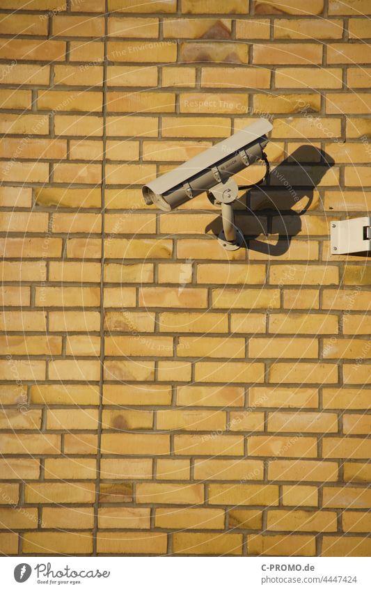 Überwachungskamera an Mauer im Sonnenlicht Beobachtung aufnahme Sicherheit Überwachungsstaat Überwachungsmaßnahme Privatsphäre