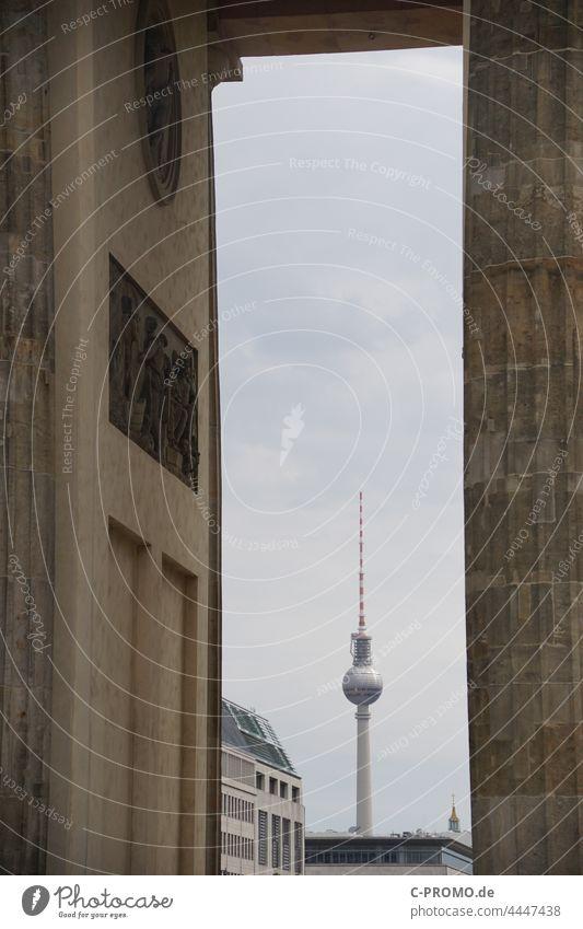 Blick auf den Berliner Fernsehturm durch Brandenburger Tor Fernsehturm Berlin Architektur Rahmen Himmel