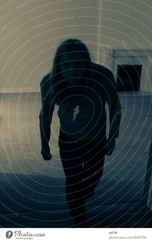 Mensch Jugendliche blau Einsamkeit Erwachsene Junger Mann dunkel kalt 18-30 Jahre träumen Angst maskulin Raum Häusliches Leben bedrohlich nah