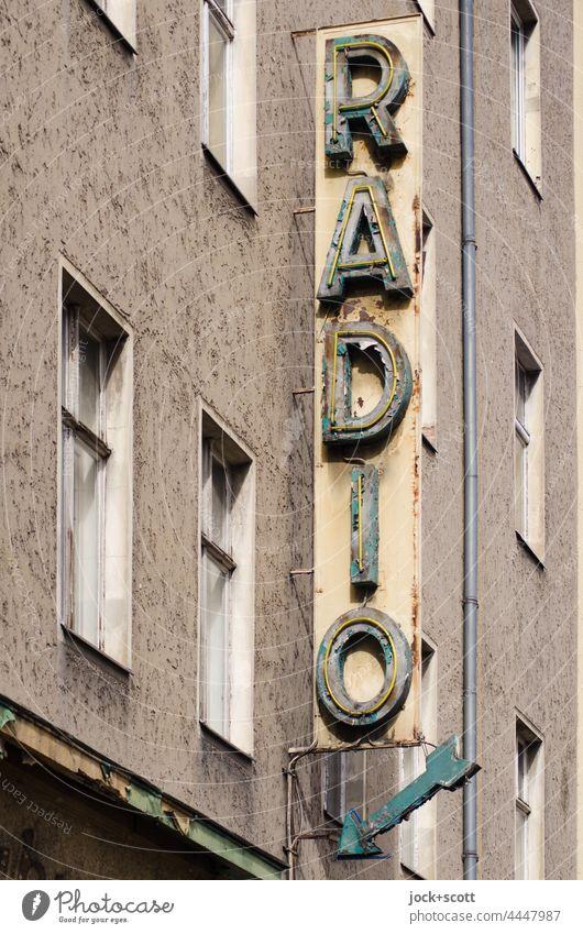 Radio und der Zahn der Zeit Schilder & Markierungen Fassade authentisch Musik alt Fenster Schriftzeichen Vergangenheit Nostalgie Leuchtkasten Stil