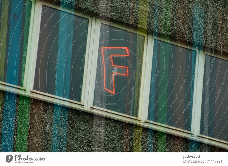 F am Fenster mit bunten Streifen Großbuchstabe Fassade Typographie Schilder & Markierungen Doppelbelichtung schief Kreuzberg Berlin Straßenkunst Stil