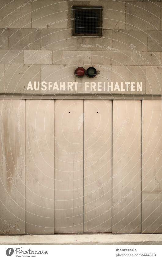 Untermieter | Untervermietet Haus Tor Parkhaus Mauer Wand Ampel Garagentor Stein Beton Stahl Hinweisschild Warnschild einfach kalt trist grau silber Farbfoto
